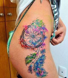 tatouage indien attrape reve tres feminin hanche tres colore