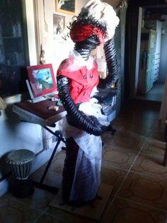 Mi mega africana en cesteria con periodico... casi tan alta como yo!