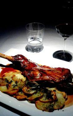 Paletilla de cordero lechal con patatas panaderas #sagardisantelmo #argentina #basquefood #basquecountry Chicken Wings, Spain, Meat, Food, Gastronomia, Gourmet, Pork, Spanish Food, Meals