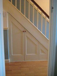 Trapkast maken.( De trap is al dicht, de stootboorden zijn geplaatst.) Kozijn met deur van Skantrae plaatsen.  Twee deurtjes maken onder schuin gedeelte van de trap. Het geheel mooi aftimmeren.