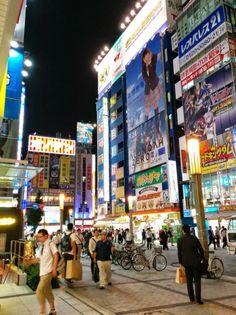 Kaufhäuser in Akihabara in Tokio #akihabara #maid #otaku #cosplay
