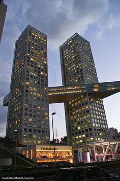 Hasta el 2007, Arcos Bosques albergaba la torre más alta de la ciudad de México