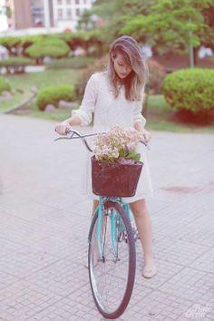 A Júlia, do blog Tudo Orna passeando de bicileta com um dos nossos modelitos.