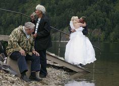 Alcuni fotografi sanno cogliere l'angolazione migliore per un ottimo scatto... Alcuni altri, no! - Reuters Jokes Images, Horror Picture Show, Good Jokes, Guys And Girls, Humor, Wedding Dresses, Funny, People, Pictures