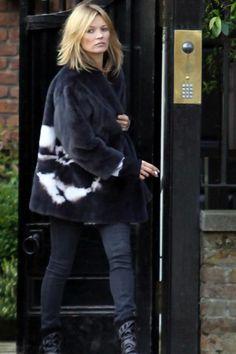 Kate Moss in fur & denim, sporting cropped locks. Moss Fashion, Beauty And Fashion, Style Fashion, Fashion Mode, Kate Moss News, Pelo Midi, Kate Moss Hair, Kate Moss Style, Queen Kate