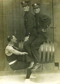 Circus Strongman with two Bobbies Vintage Humor, Funny Vintage Photos, Photo Vintage, Vintage Photographs, Vintage Man, Weird Vintage, Old Circus, Vintage Circus, Circus Acts