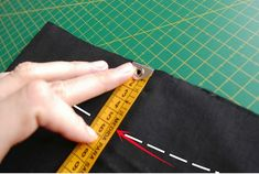 Trucos de costura: cómo coger el bajo a unos pantalones Sewing Hacks, Sewing Tutorials, Sewing Projects, Sewing Patterns, Sewing Tips, Learn To Sew, Refashion, Couture, Weaving