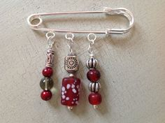 Kilt pin brooch with deep red and silver by Ciabellajewellery Safety Pin Crafts, Safety Pins, Beaded Jewellery, Jewelry Art, Unique Jewelry, Hijab Pins, Shawl Pin, Kilt Pin, Beaded Bags