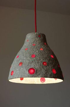 Ehi, ho trovato questa fantastica inserzione di Etsy su https://www.etsy.com/it/listing/497611719/paper-mache-pendant-light-with-red