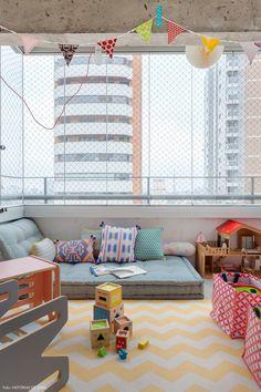 Varanda de apê foi adaptada e virou o quarto de brincar de duas meninas.