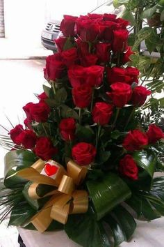 Photo Beautiful Rose Flowers, Wonderful Flowers, Romantic Roses, Rare Flowers, Love Rose, Exotic Flowers, Hearts And Roses, Red Roses, Large Flower Arrangements