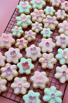 Perfect way to decorate small flower cookies.