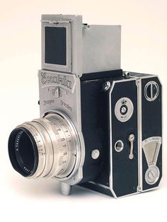 The Exakta 6 x 6 is a rare camera in the Ihagee line-up, compared to all the different Exakta Varex cameras that were made.