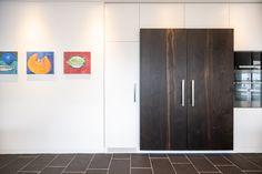 Küche in Strukturlack weiss und Eiche geräuchert mit Edelstahlabdeckung und versenkbarer Dunstabzughaube Tall Cabinet Storage, Furniture, Home Decor, Decoration Home, Room Decor, Home Furnishings, Arredamento, Interior Decorating