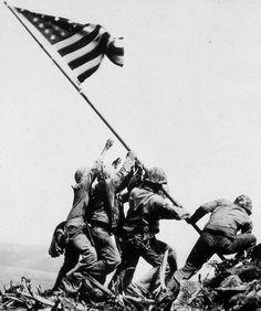 Las Fotos Más Importantes de la Historia U. Marines of the Regiment, Division, raise the American flag atop Mt. Suribachi, Iwo Jima, on Feb. 1945 by Robert Capa Famous Photos, Iconic Photos, Ww2 Photos, Rare Photos, Nagasaki, Hiroshima, Batalha De Iwo Jima, Iwo Jima Photo, Iwo Jima Flag