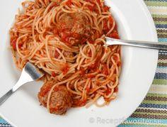 Spagetti med köttbullar i tomatsås. Italiensk fyllig marinara-tomatsås med köttbullar serverade med spagetti.