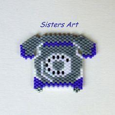 """Calamita """"Vecchio Telefono"""" realizzata con perline Miyuki delica, by Sisters Art, in vendita su http://www.misshobby.com/it/negozi/sisters-art"""
