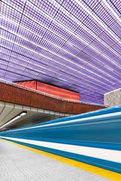 多くの人にとってはただの移動手段のひとつでしかない地下鉄の駅を、日々撮り続けているフォトグラファーがいる。カナダのクリス・フォーシスが撮る写真に写るのは、普段駅を足早に通りすぎる人々が気付くことのない、駅の知られざる美しさだ。