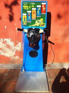 decoración vintage, antiguitats-baraturantic: máquina recreativa vintage toro fuerza