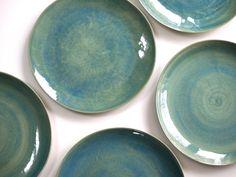 Steinzeug Teller in grün. Keramik Geschirr handgemacht. Keramik Teller Set, Steinzeugteller grün.