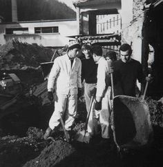 Al lavoro per spalare il fango dell'alluvione di Firenze
