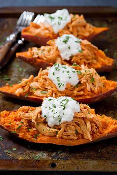 These Buffalo Chicken Sweet Potato recipe is topped off with a light blue cheese yogurt sauce. An easy weeknight dinner recipe! 240 calories and 4 Weight Watchers SP dinner recipes Buffalo Chicken Sweet Potato Recipe - 20 Minute Meal Mashed Sweet Potatoes, Chicken Potatoes, Meals With Sweet Potatoes, Sweet Potato Meals, Sweet Potato Dinner, Sweet Potato Toppings, Cooked Chicken, Cooking Recipes, Healthy Recipes