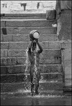 """Benares, India : """"Il Bagno del mattino sul Gange"""", Ferdinando Scianna. #Gange  #Varanasi #Scianna"""