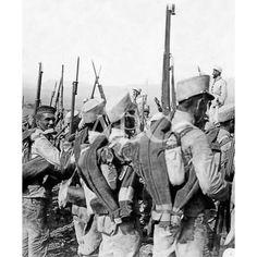 DESPUÉS DE LA OPERACIÓN. LA ALEGRÍA DEL TRIUNFO. EL CAPITÁN DE LA PRIMERA COMPAÑÍA DEL SEGUNDO BATALLÓN DE SABOYA Y SUS SOLDADOS DANDO VIVAS A ESPAÑA AL CORONEL LAS TRINCHERAS DE NADOR.:1909 Descarga y compra fotografías históricas en | abcfoto.abc.es