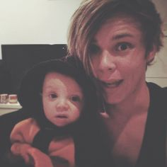Ashton❤️❤️ awwww dear Lord who let this boy hold a baby your killin me HERE Fetus 5sos, 5sos Ashton, 1d And 5sos, Fetus Ashton Irwin, 5sos Pictures, 5sos Pics, Drummer Boy, Holding Baby, Michael Clifford