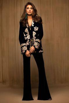 Velvet Pakistani Dress Designs 2017 Collection Buy Online in USA Velvet Pakistani Dress, Pakistani Dress Design, Pakistani Outfits, Indian Outfits, Black Dress Outfits, Winter Dress Outfits, Outfit Winter, Velvet Fashion, Indian Designer Wear
