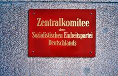Bord van het Zentralkomitee op het gebouw van de SED.