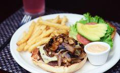 Pagá ¢4,000 y gastá ¢8,000 en Pa'rrocos. Tenés muchas opciones de donde escoger entre bocas y platos fuertes.  Opción de Bocas: Dedos de queso, aritos  de cebolla, nachos, dedos de pollo o pescado o wraps de tortilla de harina.   Opción de plato fuerte: Torta de angus chileno, ceviche de corvineta fresco 100%,  o quesadillas de Pollo.