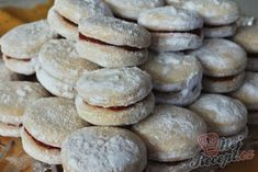 Rakvičky s čokoládou a uvnitř ještě s vaječňákem Christmas Sweets, Christmas Baking, Christmas Cookies, Sweet Recipes, Cake Recipes, Desert Recipes, Sweet Tooth, Food And Drink, Cooking Recipes