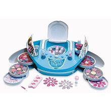 Salon de maquillage musical La Reine Des Neiges!      Salon de maquillage au design d'un lecteur CD jouant la musique du film.   <br>Coffret de maquillage incluant :   <br>1 miroir, <br>2 vernis, <br>36 gloss et rouges à lèvres, <br>16 fards à paupières, <br>40 faux ongles adhésifs, <br>3 tubes de paillettes, <br>3 pinceaux, <br>1 lime à ongles.