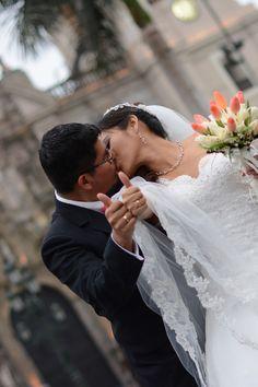 10 tips para obtener las mejores fotos de su primer beso como esposos. #Matrimoniocompe #Organizaciondebodas #Matrimonio #Novios  #TipsNupciales #CaminoAlAltar #MatriPeru #BodaPeru #PrimerBesoDeCasados #Pareja #Romantico #Amor #Beso #ReciénCasados #FirstKiss Wedding Dresses, Fashion, Couple, Amor, Just Married, First Kiss, Romantic Pics, Kisses, Couples