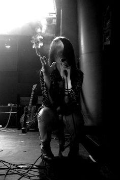 Alison Mosshart, a true rock & roll bad ass. Alison Mosshart, Mode Rock, Estilo Rock, Into The Fire, Up In Smoke, Foto Instagram, Punk, Women Smoking, Music Icon