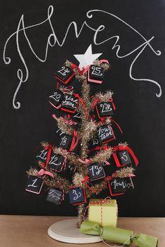comment fabriquer un calendrier de l'Avent avec petit sapin de Noël et boîtes en papier noir