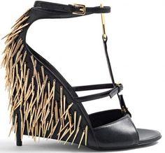 Une sandale de cuir noir mêlant glamour et inspiration rock signée Tom Ford,