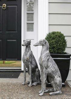 Juego de perros de cerámica con acabado en piedra, con un nivel de detalle que asombra.