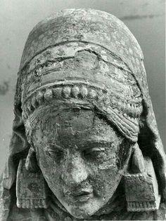 - La Dama de Baza . Escultura Ibera . Labrada en piedra caliza policromada . Siglo lV a.C. Se encuentra expuesta en el Museo Arqueológico Nacional de Madrid , España ./tcc/