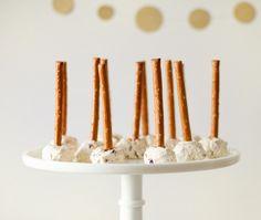 Cake-Pops, aber herzhaft? Serviert auf eurer Silvesterparty Cranberry-Walnuss-Frischkäse-Pops mit Saltletts Maxi-Stielen. Das Rezept gibt's auf Saltletts.de.