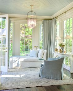 Browse pictures of sunroom designs as well as design. Discover ideas for your four periods area enhancement, consisting of ideas for sunroom decorating and designs. Coastal Living Rooms, Living Room Decor, Bedroom Decor, Master Bedroom, White Bedroom, Blue Ceiling Bedroom, Bedroom Corner, Sunroom Decorating, Interior Decorating