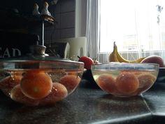 Maczanie pomidorow w zwyklej wodzie po lewej i w wodzie kangen 11,5pH .   #kangen #pH115 #leveluksd501 #morehealty #morewealthy