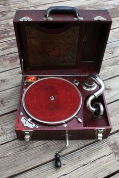 Puritone - Portable Phonograph Gramophone Record Player      1920s     Материалы: metal, wood, canvas, felt
