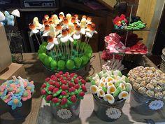 Un Candy Bar es una mesa para que tus invitados se sirvan las gominolas que más…