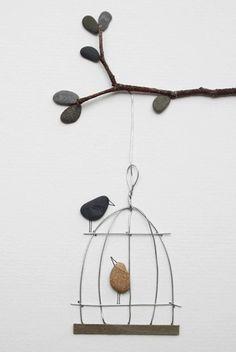 """""""Pebble art"""" es el proyecto creativo de Sharon Nowlan, artista escocesa, que usa elementos de su entorno para crear estas esculturas."""