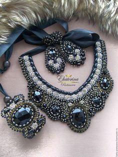 Купить или заказать Комплект 'Принцесса Канди' в интернет-магазине на Ярмарке Мастеров. Это удивительное завершение вечернего образа! Надев даже самое простое черное или другое платье или костюм и украсив его этим украшением, его обладательница будет настоящей королевой вечера! Колье регулируется атласными ленточками ,изнанка качественная натуральная кожа , браслет на металлической основе , легко подогнуть под размер запястья , серьги –гвоздики, отлично дополняют весь комплект.