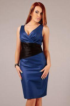Suknia w odcieniach błyszczącego niebieskiego z kontrastującym czarnym pasem na środku i zniewalającym dekoltem