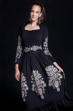 hungarian style - lovely embroidered dress - www. Folk Fashion, Fashion Now, Ethnic Fashion, Fashion Models, Fashion Beauty, Hungarian Embroidery, Boho Look, Festival Outfits, Couture