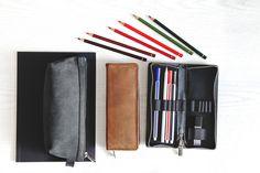 Federmäppchen / Stifte-Etui 012 in M, Leder Schwarz Wallet, Highlighter Pen, Black Leather, Table Desk, Gifts, Purses, Diy Wallet, Purse